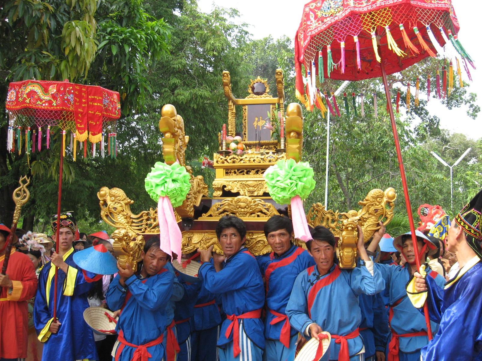 """Sự kiện Dinh Thầy Thím tại Bình Thuận - Lễ hội tháng 10 cầu xin ơn từ """"Thầy"""" và """"Thím"""""""
